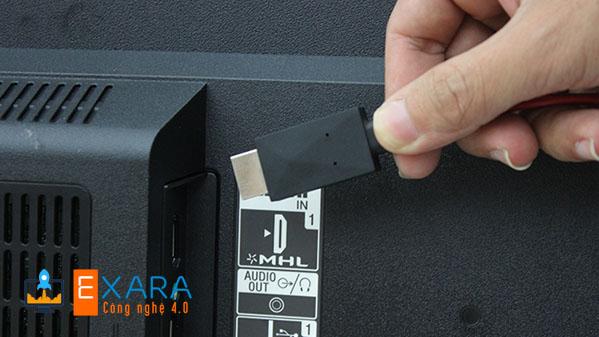 Nối đầu HDMI của dây MHL vào cổng HDMI của TV